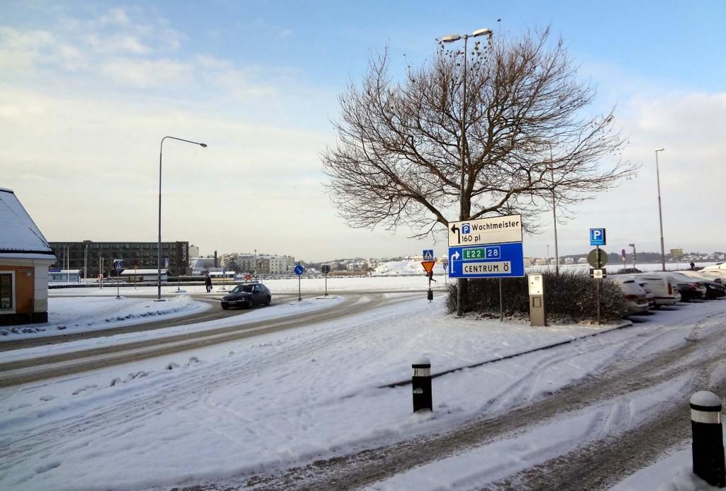Härligt snöfall och bild med märklig skylt