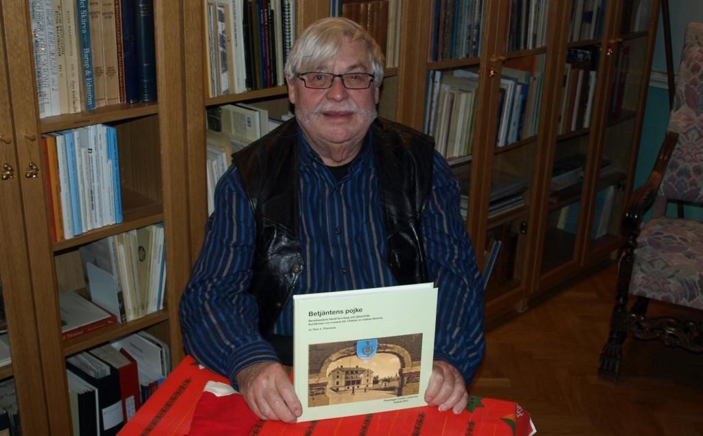 "Sten A. Petersson med sin bok ""Betjäntens pojke"""