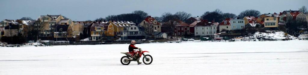 Motorcyklar och isjakt i Borgmästarefjärden
