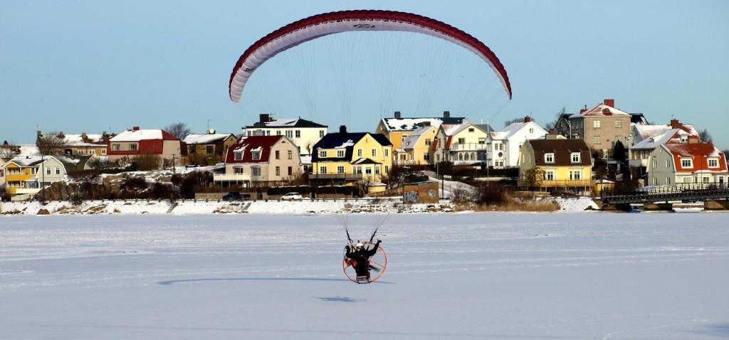 Skärmflygare över Borgmästarefjärden