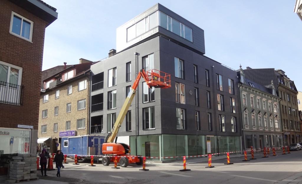 Nu har täckelsen fallit på hela det nya huset i korsningen Hantverkaregatan och Konstapelsgatan
