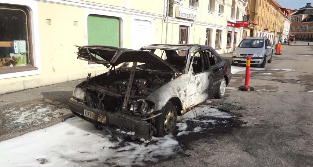 Bil som brann upp i staun