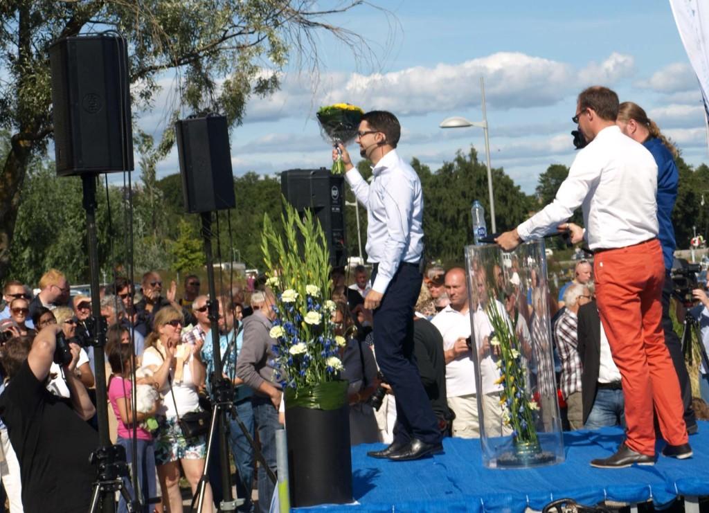 Jimmie Åkesson har fått blommor efter sommartalet i Sölvesborg 2013