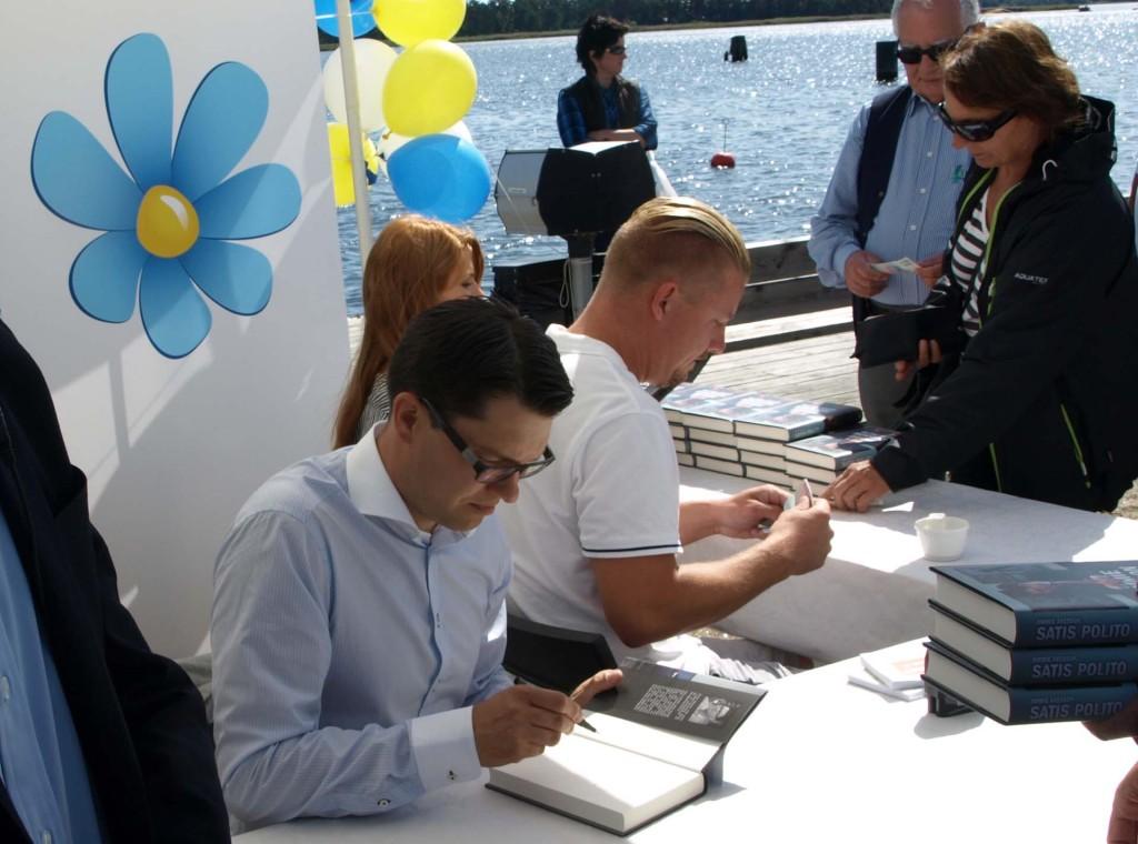 Jimmie signerar böcker medan Louise och Linus tar betalt