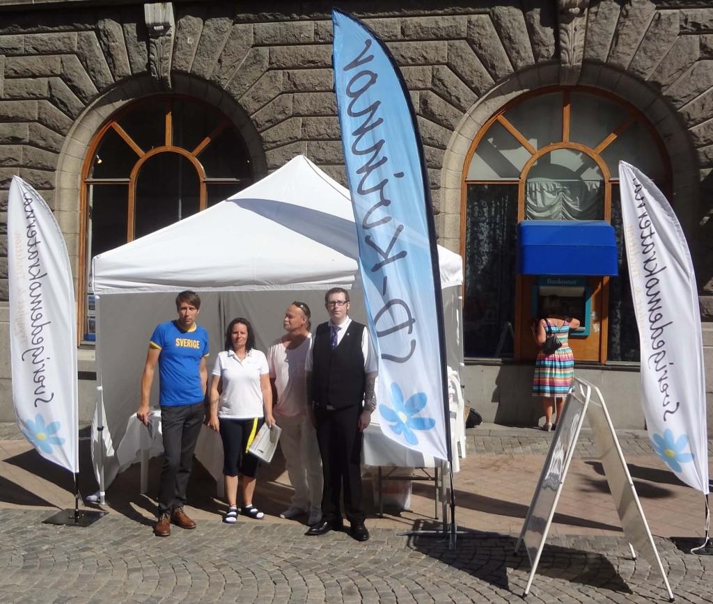 Sverigedemokraterna informerar på Ronnebygatan i Karlskrona lördagen den 3 augusti 2013