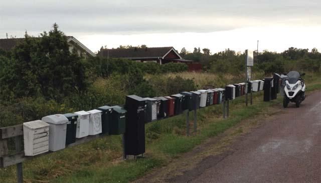 Riksdagsman Thoralf Alfsson levererar informationsfoldrar på Öland sommaren 2013