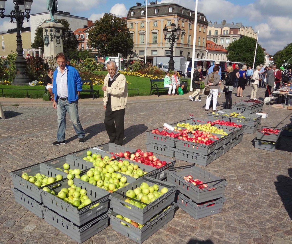 Äpplen och blommor på torget
