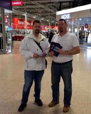 Sverigedemokraterna delar ut flygblad i Amiralen