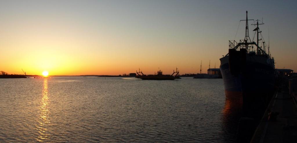 Vacker soluppgång med Aspöfärjan och Marinmuseum