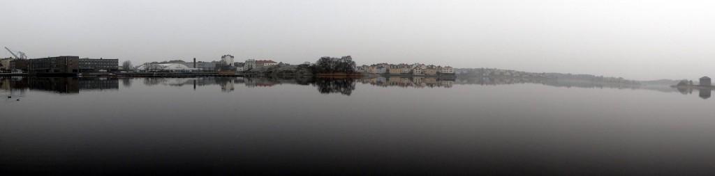 Spegelblankt med dis på Borgmästarefjärden