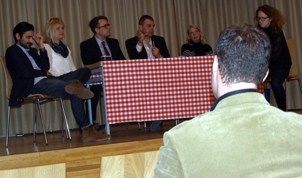 Jasenko Selimovic (FP) och riksdagsman Hanif Bali (M) som höll föreläsningarna. Sverigedemokraterna fick inte vara med i panelen, men här ställer Christopher Larsson (SD) första frågan till Jasenko.