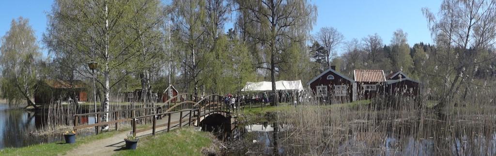 Många tog den korta promenaden till Hembygdsön och fikade där