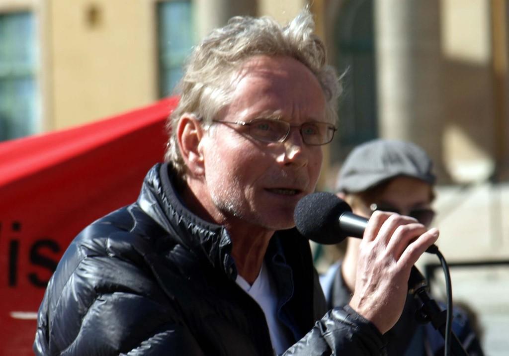 Partibytaren Björn Fries talar på Klaipedaplatsen