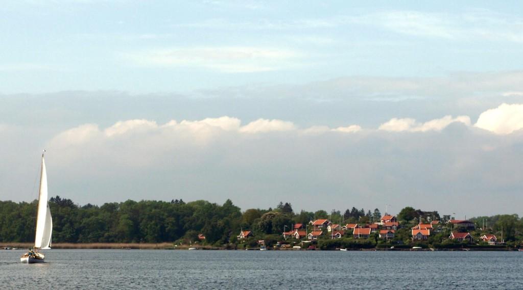 Med segel mot Brändaholm
