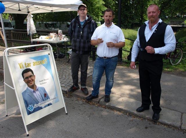 Från Lövmarknaden 2013 med fyra killar som vill ta ansvar. Från vänster partiledare Jimmie Åkesson på affischen och sedan Jesper Hård, Christopher Larsson och Paul Cederholm.