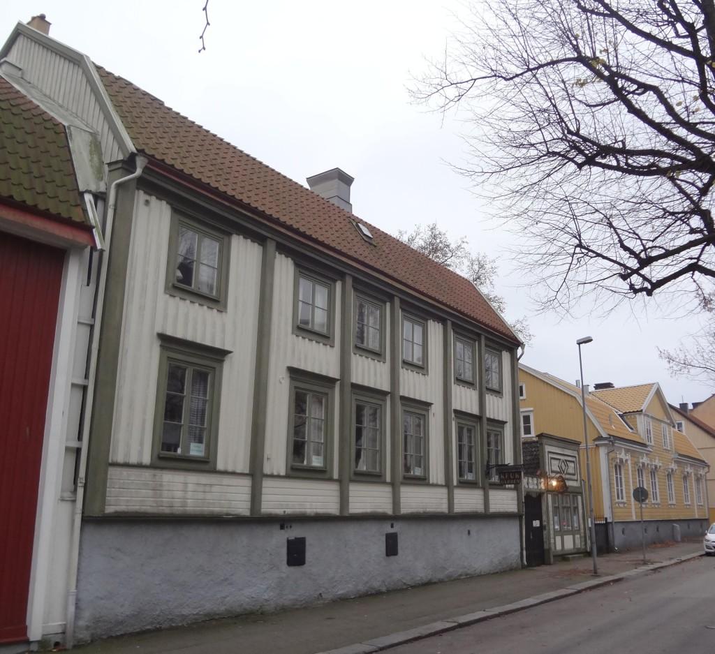 Två granngårdar till salu