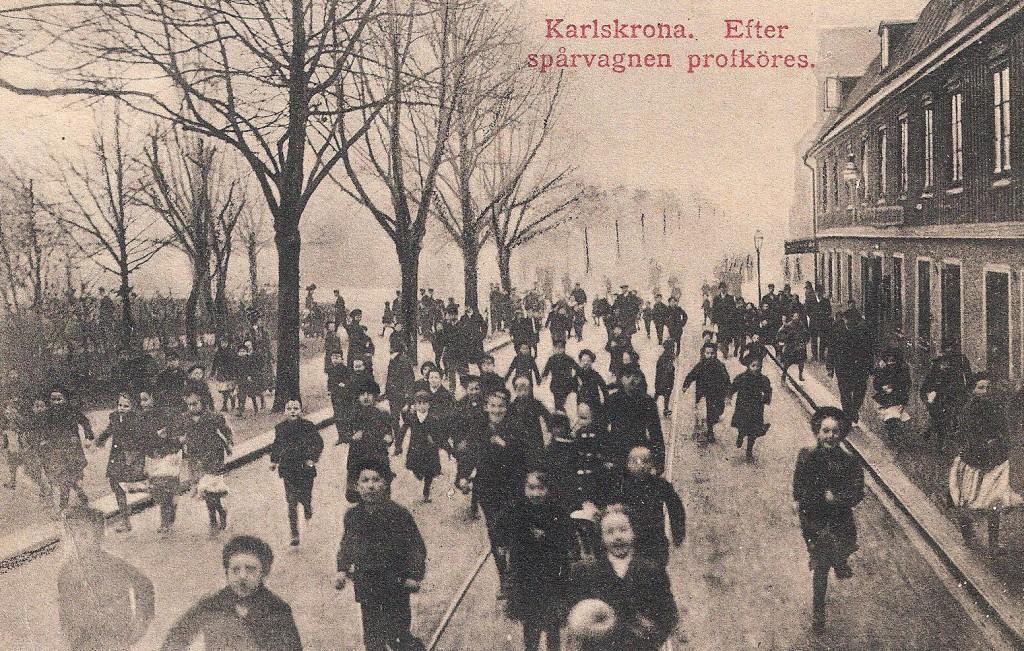 Barnen springer efter spårvagnen som provkörs i Karlskrona 7 december 1910