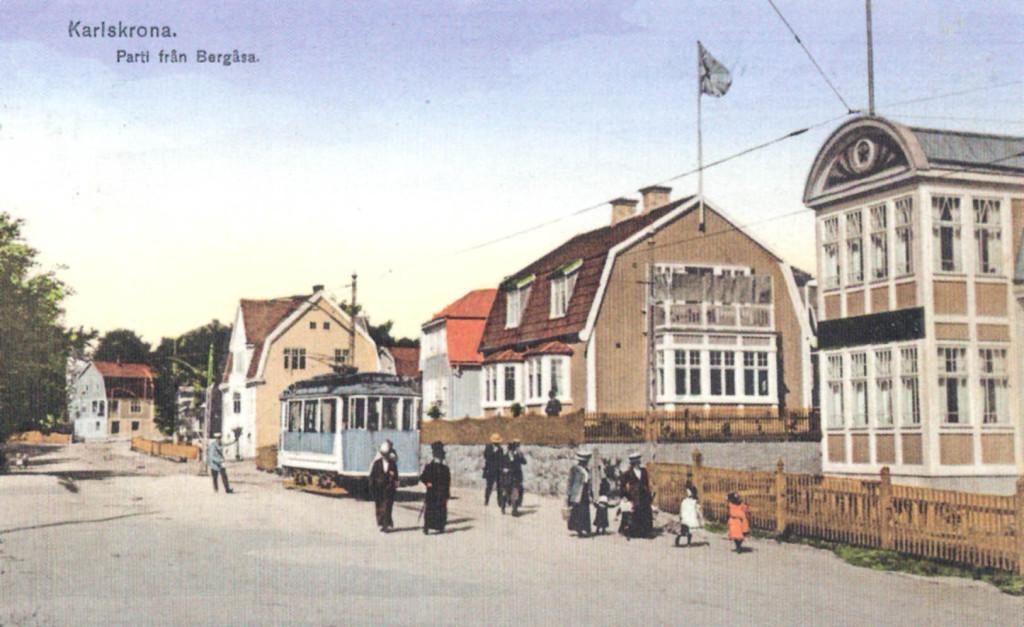 """Spårvagnen """"Lådan"""" vid ändhållplatsen på Bergåsa"""