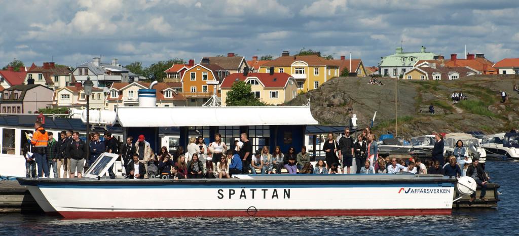 Fyra gymnasieskolor i Karlksrona har roddtävling på Borgmästarefjärden i samband med avslutningen av vårterminen 2015