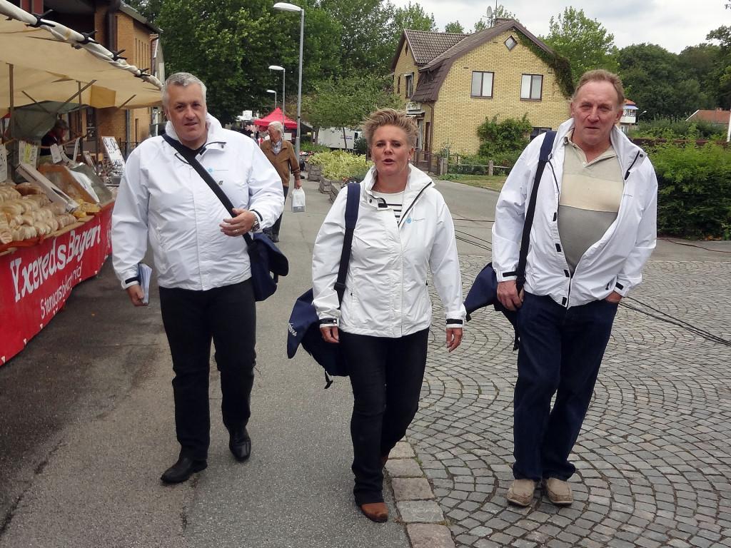 Sverigedemokraterna på plats i regnet på Lyckeby Marknad 2015-09-05