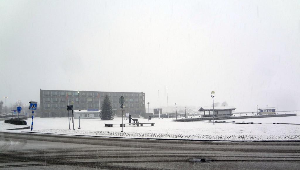 Snön faller över Fisktorget