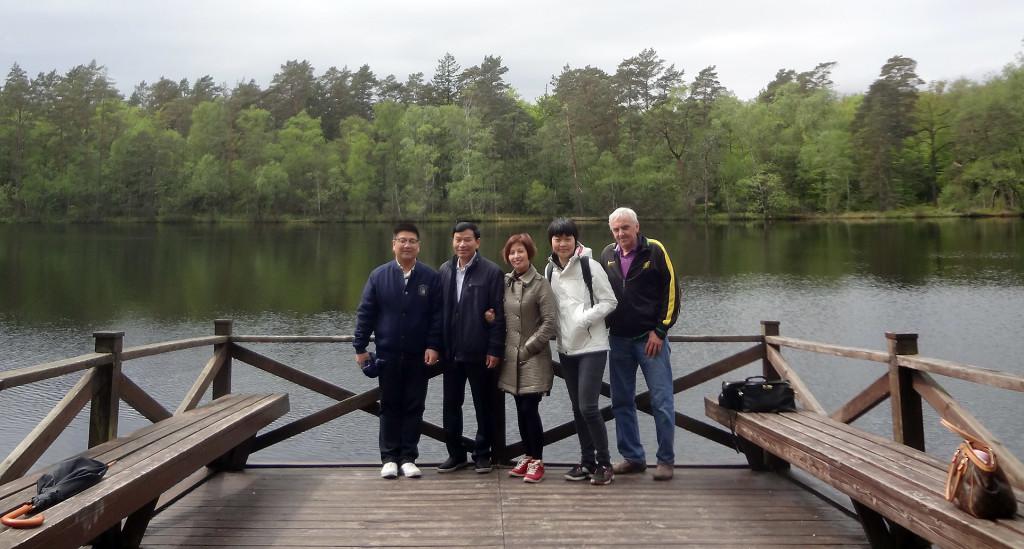 Kinesiska besökare vid Trollsjön i Ronneby