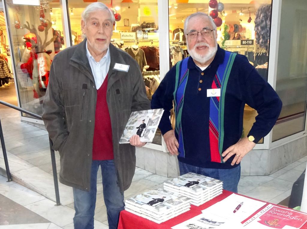 Föreningen Gamla Carlscrona säljer årsbok 2017 utanför CityHallen