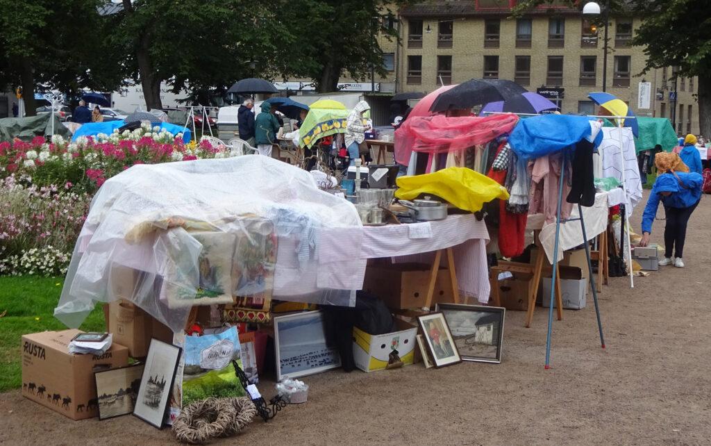 Regnig loppisförmiddag i Hoglands park 2019-08-13